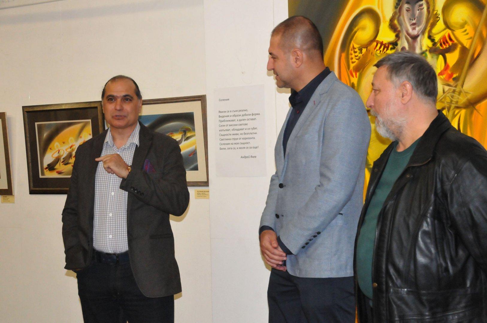 Андрей Янев се представя пред бургазлии и гостите на морския град с изложбата Селения. Снимки Лина Главинова