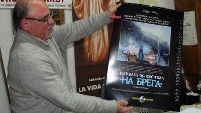 Стойко Сакалиев показва календара на сдружение На брега. Снимки Лина Главинова