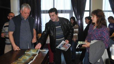 Владимир Ганев/вляво/ представи романа си Кралят орел в културен център Морско казино. Снимка Лина Главинова