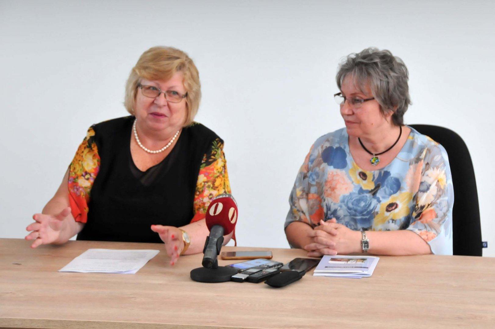Ректорът проф. Магдалена Миткова (вляво) подписа договора. Снимка Архив Черноморие-бг