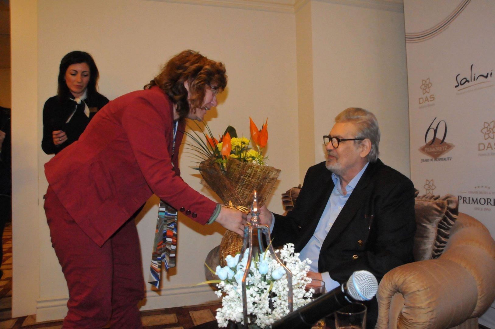 Заместник-кметът по култура в Община Бургас Йорданка Ананиева поднесе цветя на Стефан Данаилов. Снимки Лина Главинова