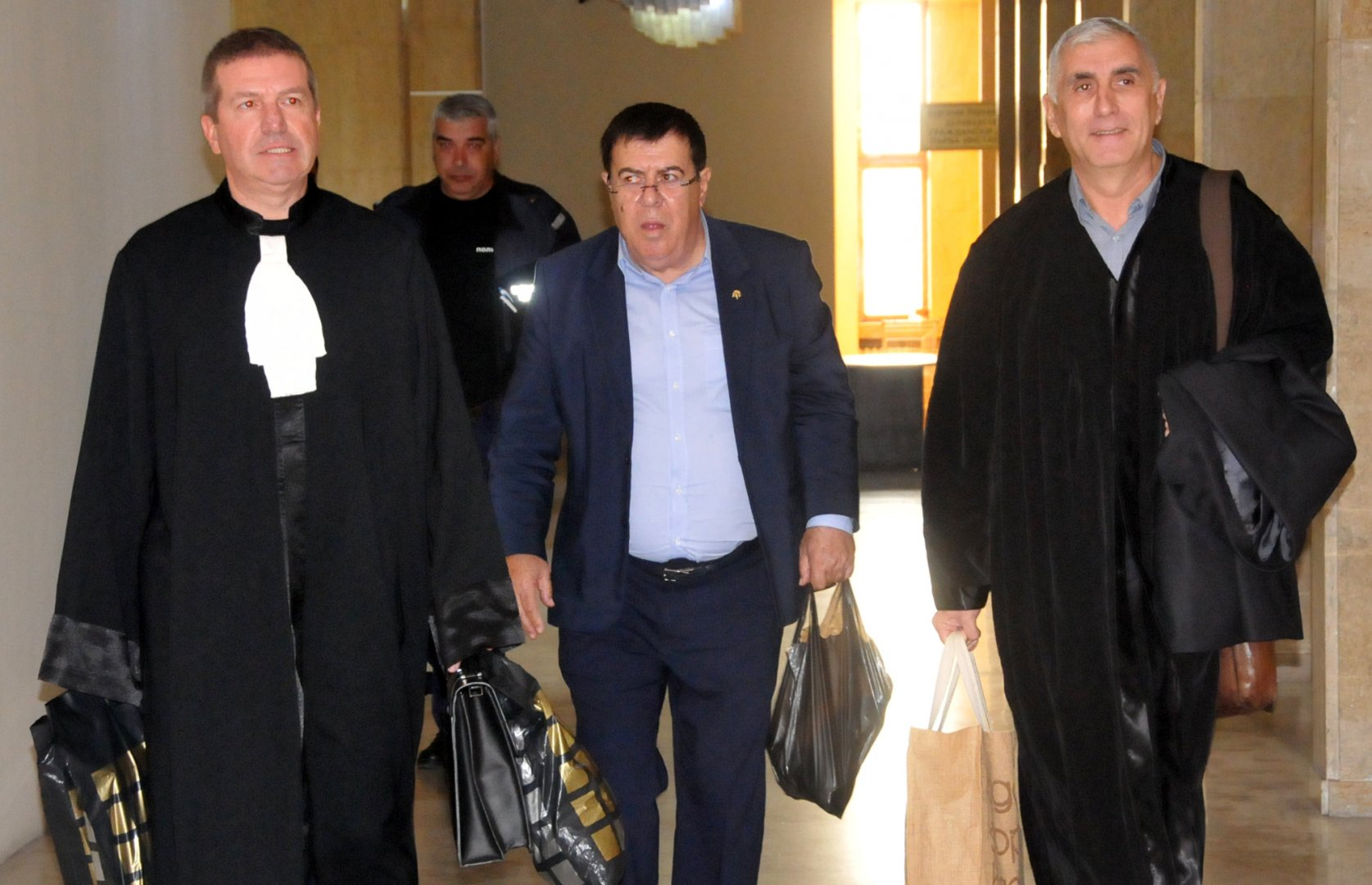 Бенчо Бенчев (в средата) има забрана да напуска страната. Снимки Лина Главинова