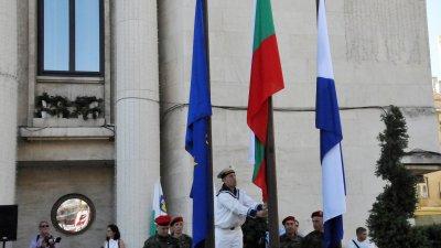 С издигане на българското знаме пред сградата на Община Бургас започнаха тържествата по случай Съединението на България. Снимки Лина Главинова