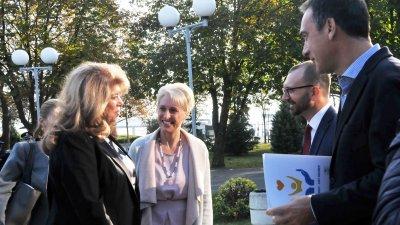 Вицепрезидентът Илияна Йотова (вляво) разговаря с посланик Хопкинс, областния управител Вълчо Чолаков и кмета Николов. Снимки Лина Главинова