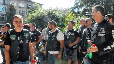 Общинският съветник Стефан Колев (вляво) събра колеги - моторджии да отбележат празника. Снимки Лина Главинова