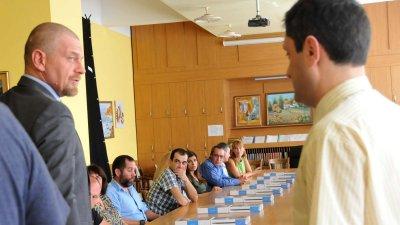 Юлиан Вергов (вляво) играе ролята на новия директор на гимназията. Снимки Лина Главинова