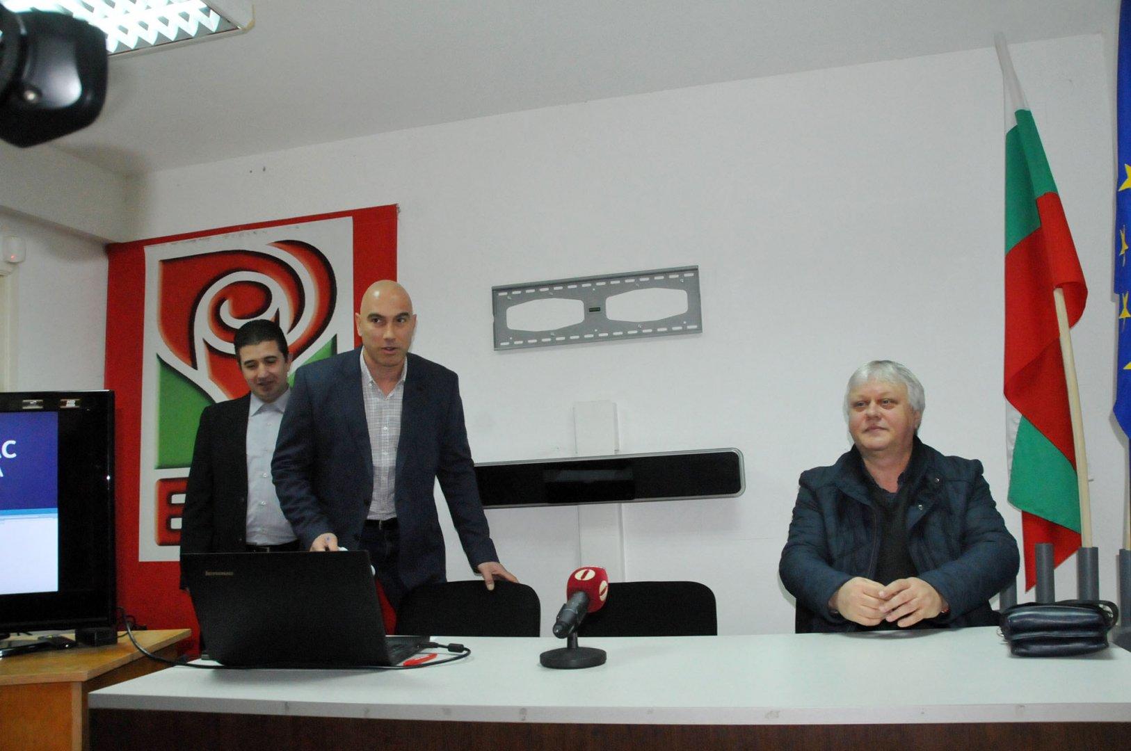 От 150 кандидати ще редим листа за ЕП, каза Николай Тишев (в средата). Снимка Лина Главинова