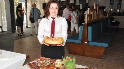 Николета Маринова участва в празника за откриване на обновения ресторант на гимназията, в която учи. Снимки Лина Главинова
