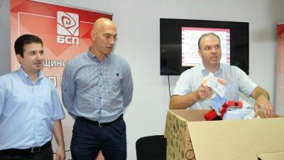 По време на предизборната кампания през 2019 г. съветниците от БСП показаха и каква кутия с бебешки дрешки на стойност 500 лв. трябва да получи всяко новородено. Снимка Архив Черноморие-бг