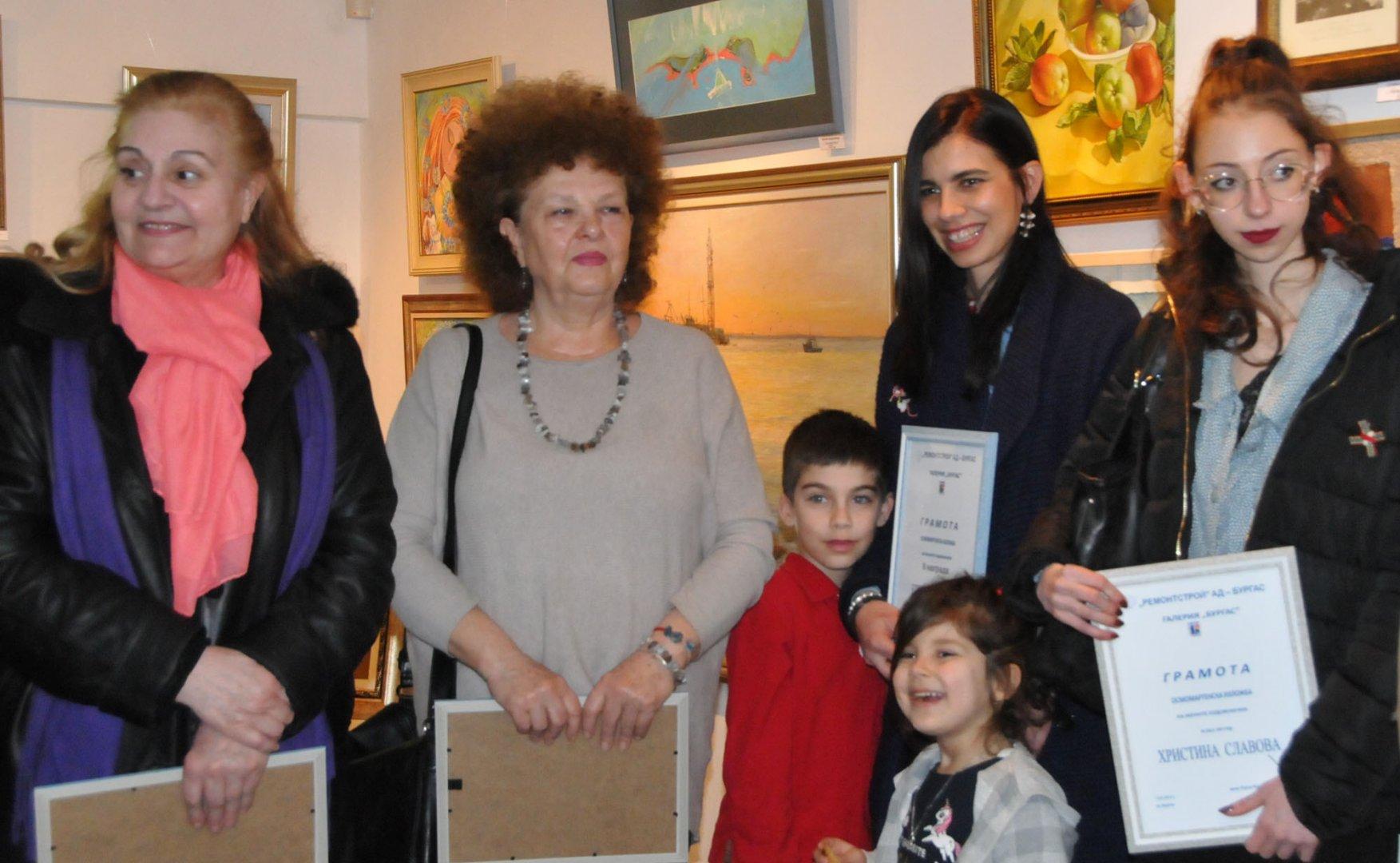 Четири бургаски художнички получиха награди от Руси Куртлаков. Снимки Лина Главинова