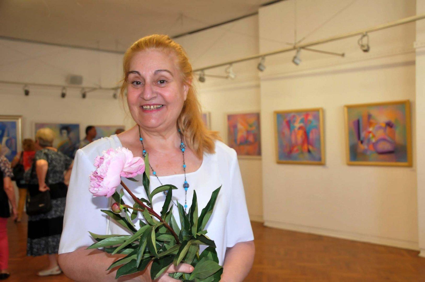 Анета Краева празнува рожден ден с живописна изложба. Снимки Лина Главинова