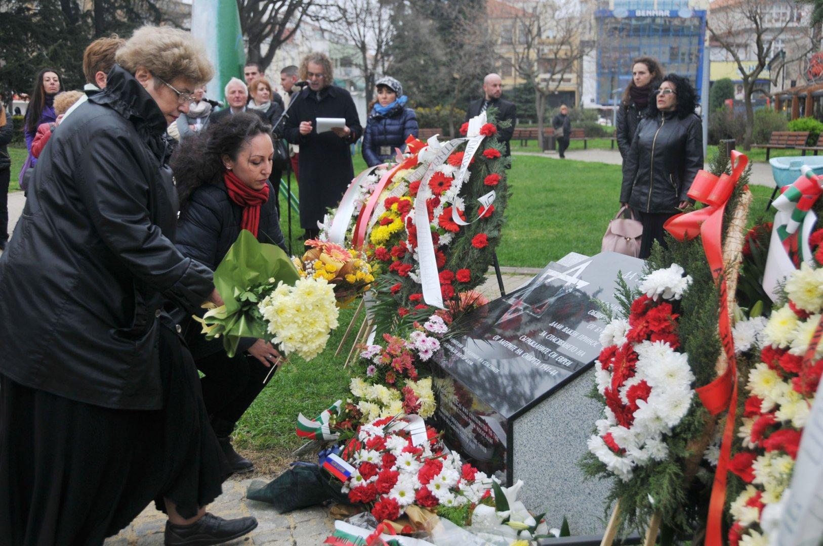 Мемориал на благодарността бе открит днес в центъра на Бургас от потомци на спасените евреи. На церемонията присъства и посланикът на Израел н.пр. Ирит Лилиан. Снимка Лина Главинова