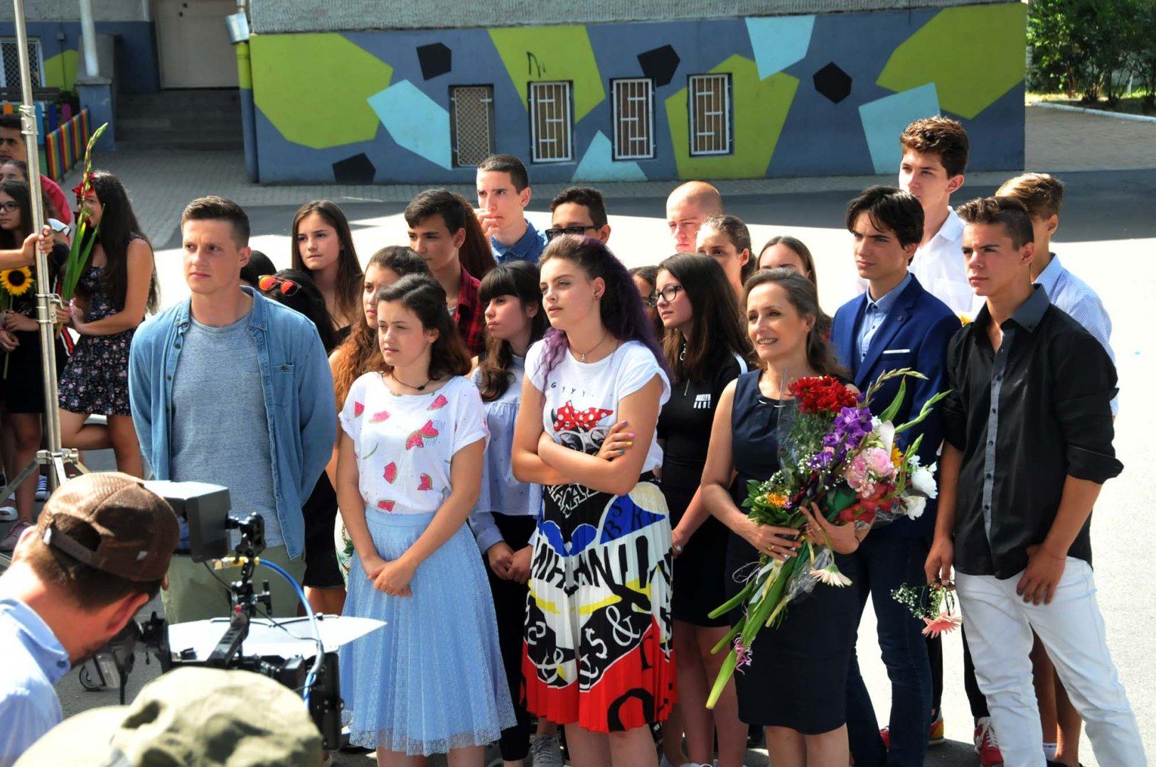 Александра Костова (в средата със синята пола) играе ролята на съвременната Петя. Снимки Лина Главинова