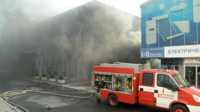 Черни облаци дим се стелеха над комплекса в продължение на часове. Снимки Черноморие-бг