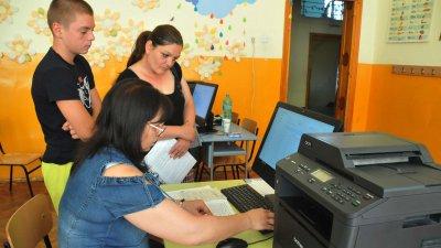 Подаването на заявление стана на място в училище гнездо или онлайн. Снимка Лина Главинова