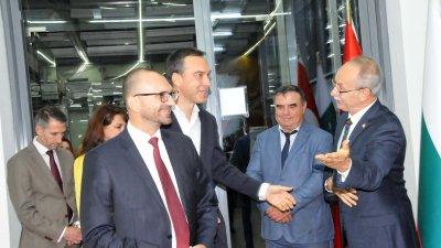 Генералният консул Нурай Иньонтепе (вдясно) посрещна областния управител и кмета на Бургас. Снимки Лина Главинова
