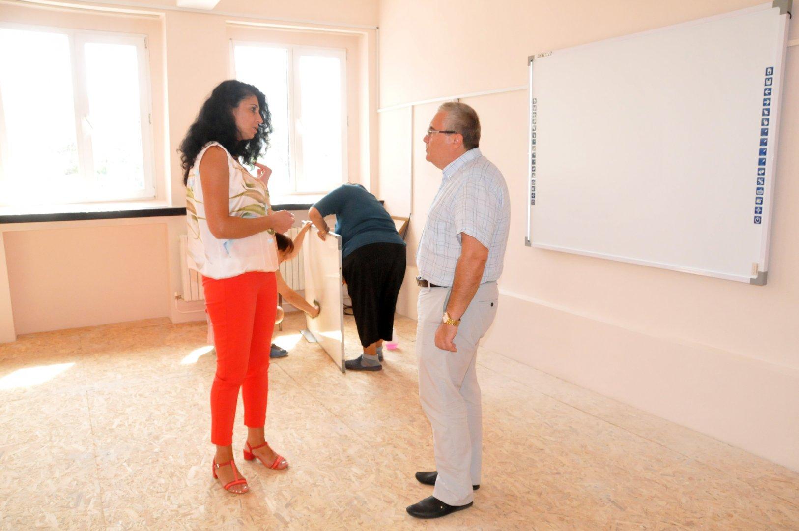 Преподавателката Христина Ганева и директорът Виктор Григоров провериха как върви ремонта в класната стая. Снимка Лина Главинова