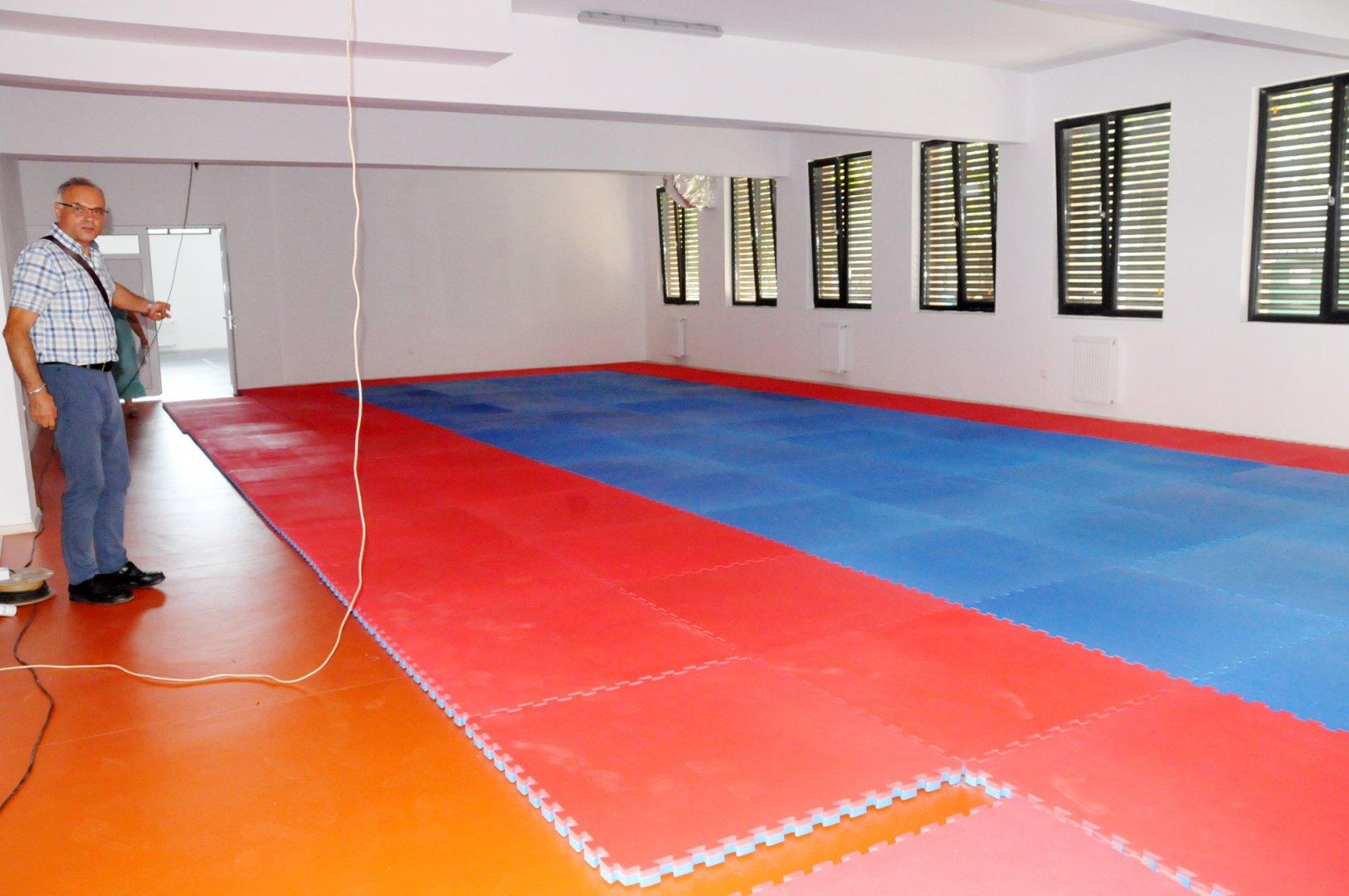 Тази година възпитаниците на ПГЕЕ Константин Фотинов ще провеждат занятията по физкултура в нова зала. Снимки Лина Главинова