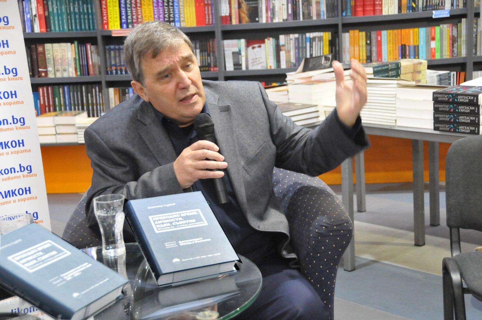 Димитър Луджев представи книгата си пред своите съграждани в Бургас. Снимки Лина Главинова