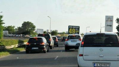 Опашките от автомобили и в двете платна са почти до Сарафово. Снимки Лина Главинова