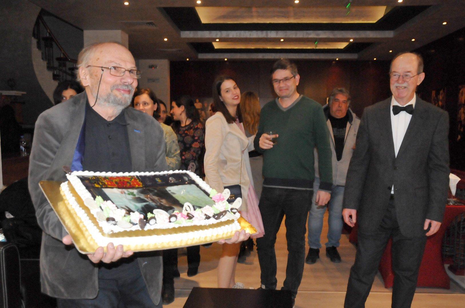 Режисьорът Радослав Овчаров разряза празничната торта. Снимки Лина Главинова