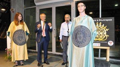 Генералният консул на Република Турция в Бургас Нурай Иньонтепе представи своя концепция за модерно изкуство. Снимки Лина Главинова