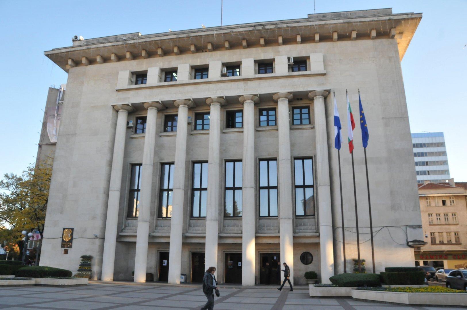 """Със собствени средства Община Бургас е готова да обнови и """"Климент Охридски"""", но този проект също е стопиран заради подписки против премахването на част от дърветата. Снимка Архив Черноморие-бг"""