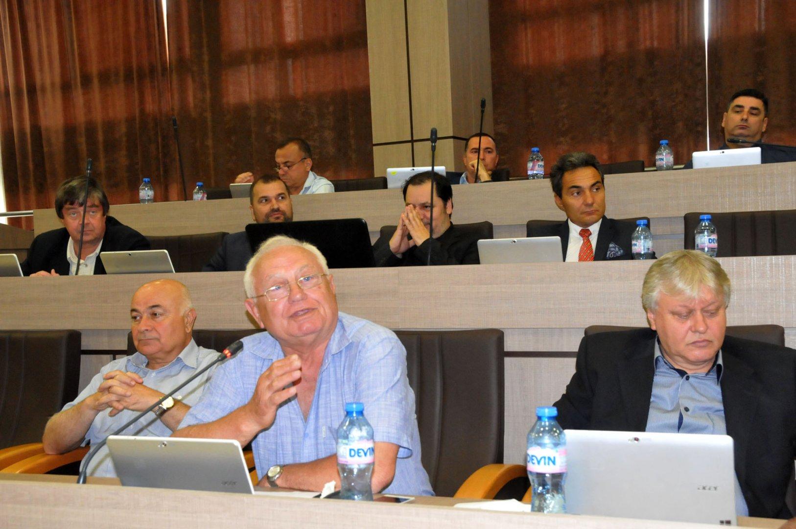 Общинският съветник Кирил Петков (в средата) е подал сигнала в прокуратурата. Снимка Лина Главинова