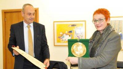 Боян Ботйов връчи приза на Добрина Топалова. Снимки Лина Главинова