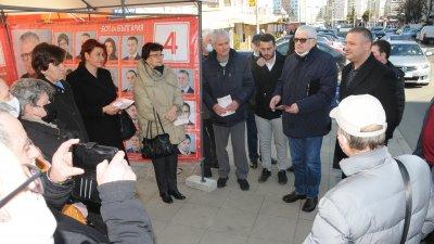 Водачът на листата Петър Кънев (вторият отдясно наляво) и кандидат-депутатите се срещнаха с жители на Меден рудник