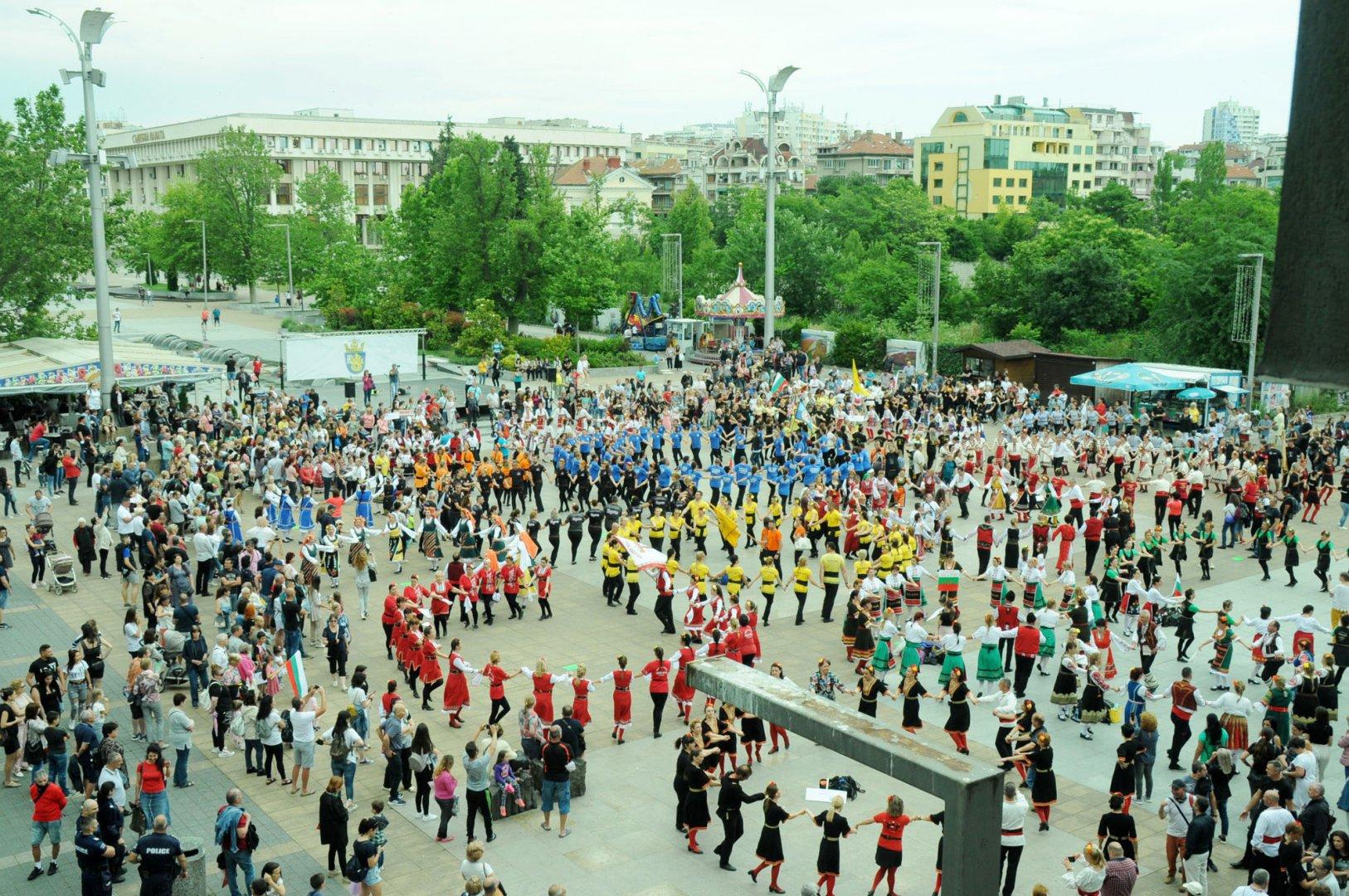 а шести път Бургас бе домакин на Хоро край лазурния бпряг. Над 700 танцьори от 28 фолклорни състави от цялата страна се надиграваха и показаха красотата на българския фолклор. Снимки Черноморие -бг