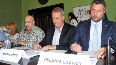 Кметове и представители на общини подписаха меморандума. Снимки Лина Главинова