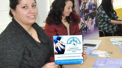 Преподаватели от Проф д-р Асен Златаров промотират новата специалност акушерство. Снимки Лина Главинова
