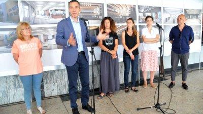 Кметът на Бургас Димитър Николов видя как е започнал ремонта на Културен дом Бургас. Снимки Лина Главинова