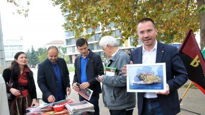 Ангел Джамбазки показа подарената му от кмета Димитър Николов снимка на остров Света Анастасия, която ще краси кабинета му в Европарламента. Снимка Лина Главинова