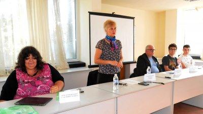 Ние сме партньори на този национален проект, каза Виолета Илиева (втората отляво надясно) - шеф на РУО. Снимки Лина Главинова