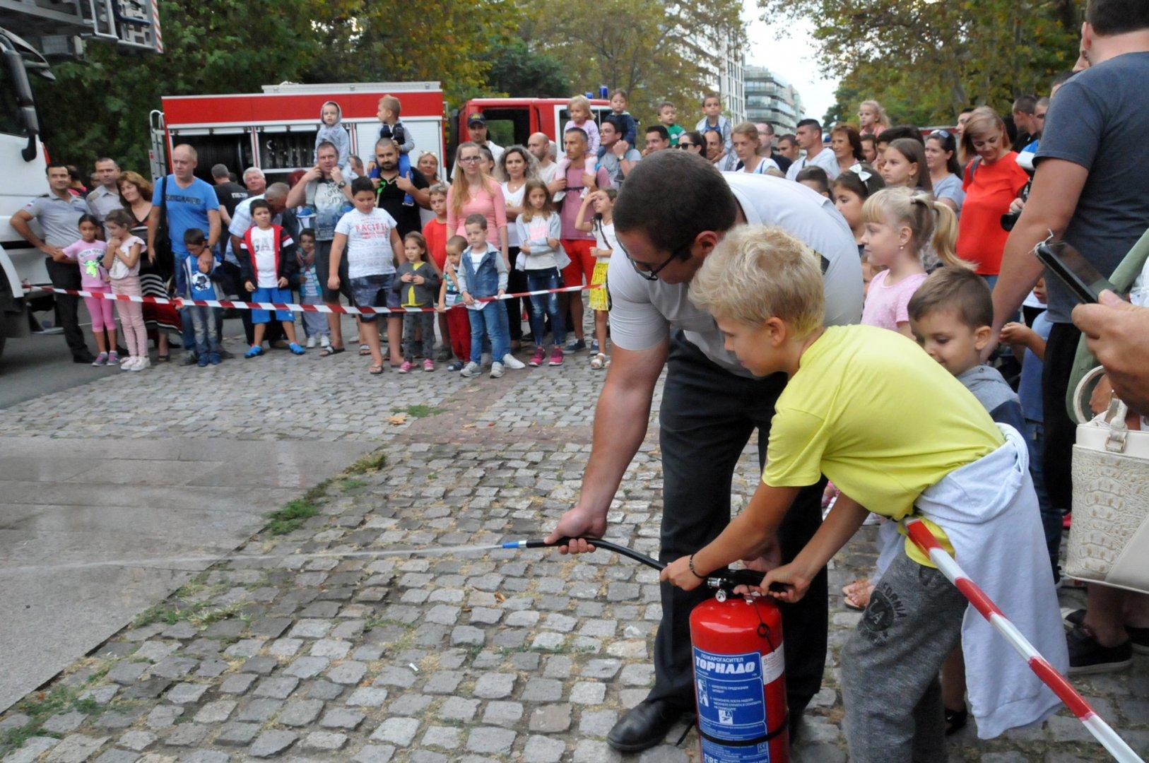 Бургаските пожарникари показа уменията си да се справят с огъня и бедствията. Снимки Лина Главинова