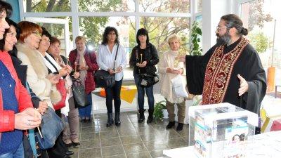 Отец Севастиян освети новия офис на сдружение Онкоболни и приятели. Снимки Лина Главинова
