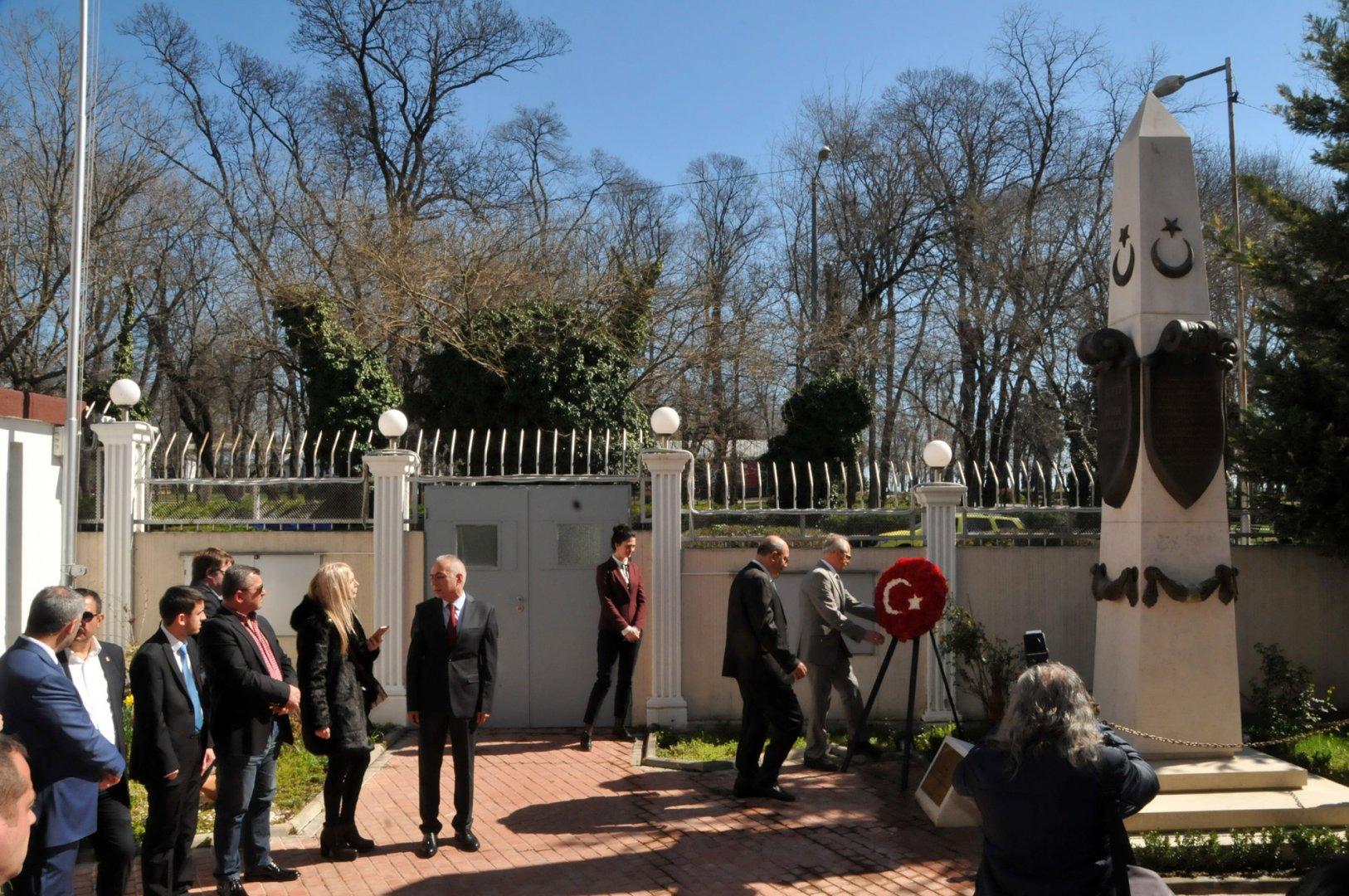 С възпоментелна церемония, бе почетена паметта на Бора Сюелкан и всички мъченици пред паметника му, издигнат в двора на турското консулство в Бургас. Снимка Лина Главинова