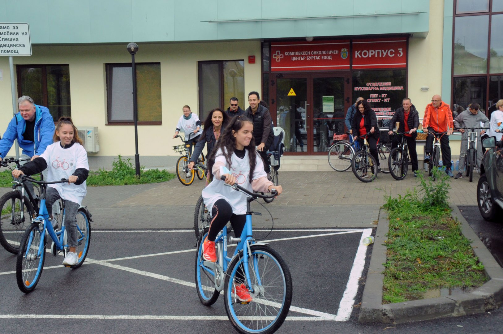Лекари, пациенти на КОЦ и техни блики се включиха днес в благотворителен велотон под патронажа на актрисата Гергана Стоянова. Те изминаха 5 километров маршрут от КОЦ до Пантеона в Морската градина. Събраните средства ще се иползват за закупуване на перуки за онкоболни пациенти. Снимки Черноморие-бг