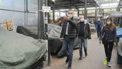 Кметът на Бургас Димитър Николов лично провери как се спазват мерките на пазар Краснодар. Снимки Черноморие-бг