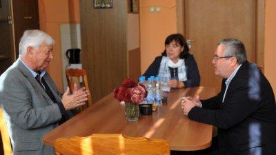 Почетният консул Петко Русинов (вляво) се запозна с училището и възможностите за обучение в него. Снимки Лина Главинова