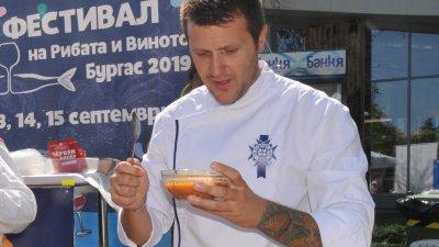 Шеф Станислав Райчев определи рибената чорба победител в конкурса. Снимки Лина Главинова