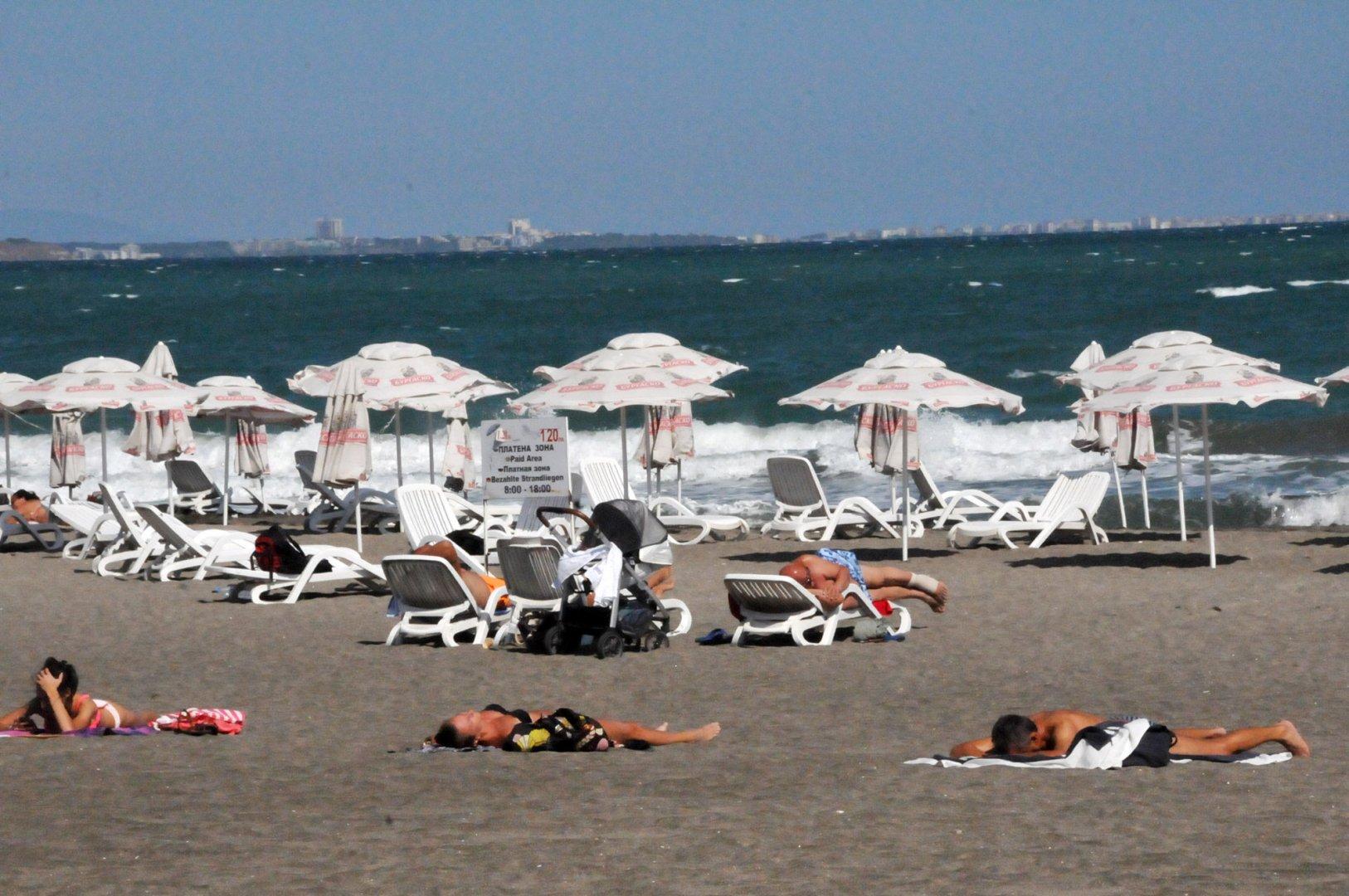 Плажът в Бургас все още е предпочитано място за слънчеви бани от бургазлии. Снимка Лина Главинова