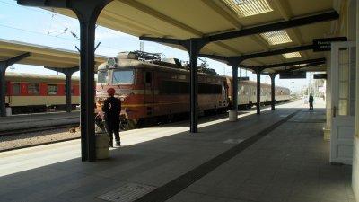 Служители на РЗИ мереха температурата на пътниците, които слизаха от влака пътуващ по направление Карнобат - Бургас. Те бяха проверявани и от полицаи за причината на тяхното пътуване. Снимки Черноморие-бг