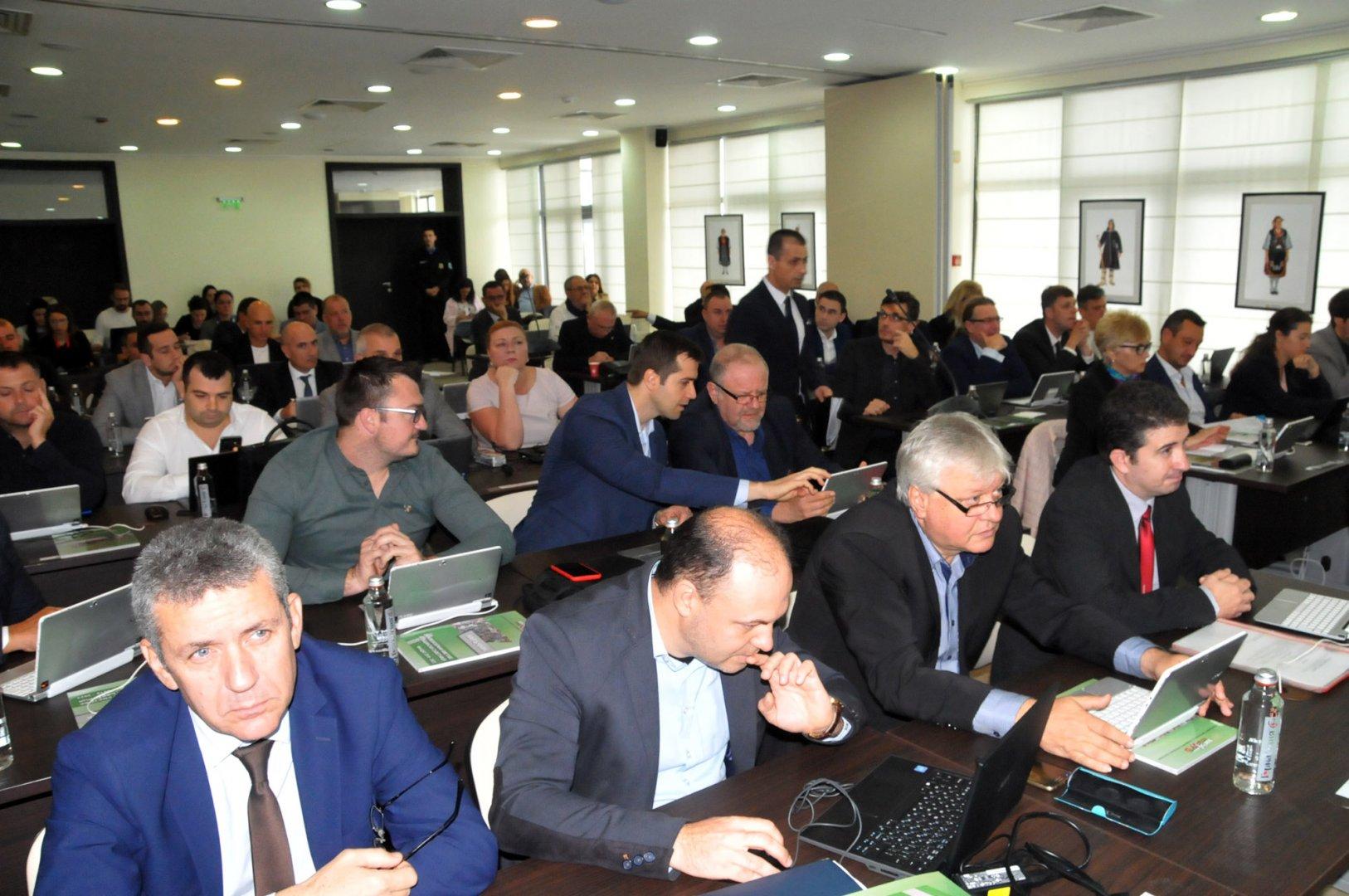 Съветниците определиха и състава на комисиите. Снимки Лина Главинова
