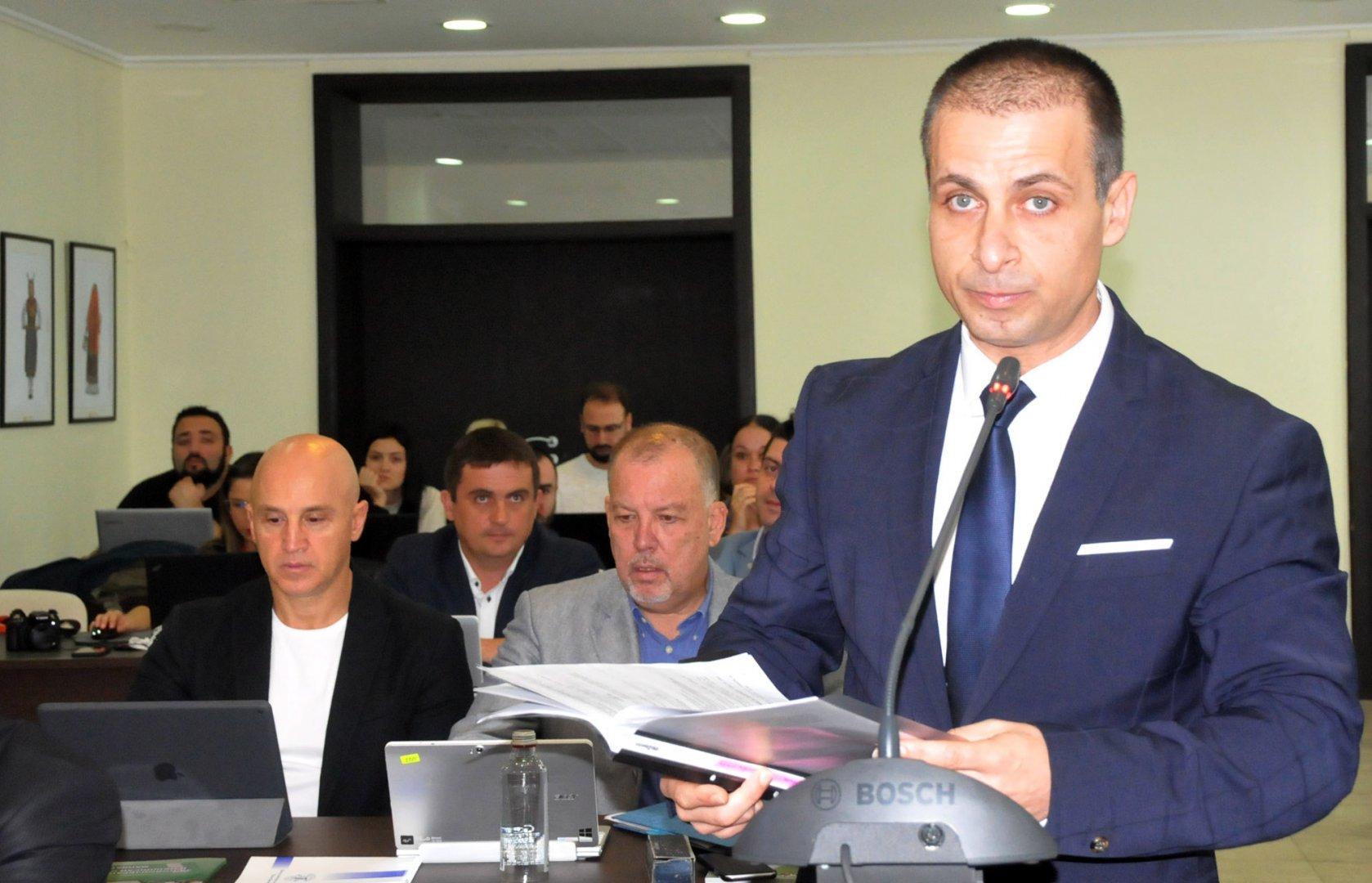 Живко Табаков (на преден план) предложи зам.-председателите да са пет, ОбС не го подкрепи. Снимка Лина Главинова