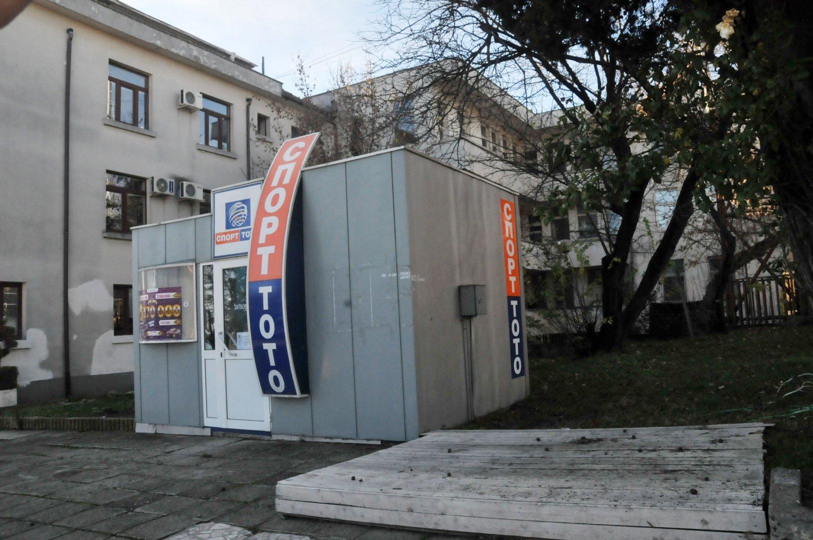 Строителството ще обхване тази част от терена зад сградата на Общината. Снимки Лина Главинова