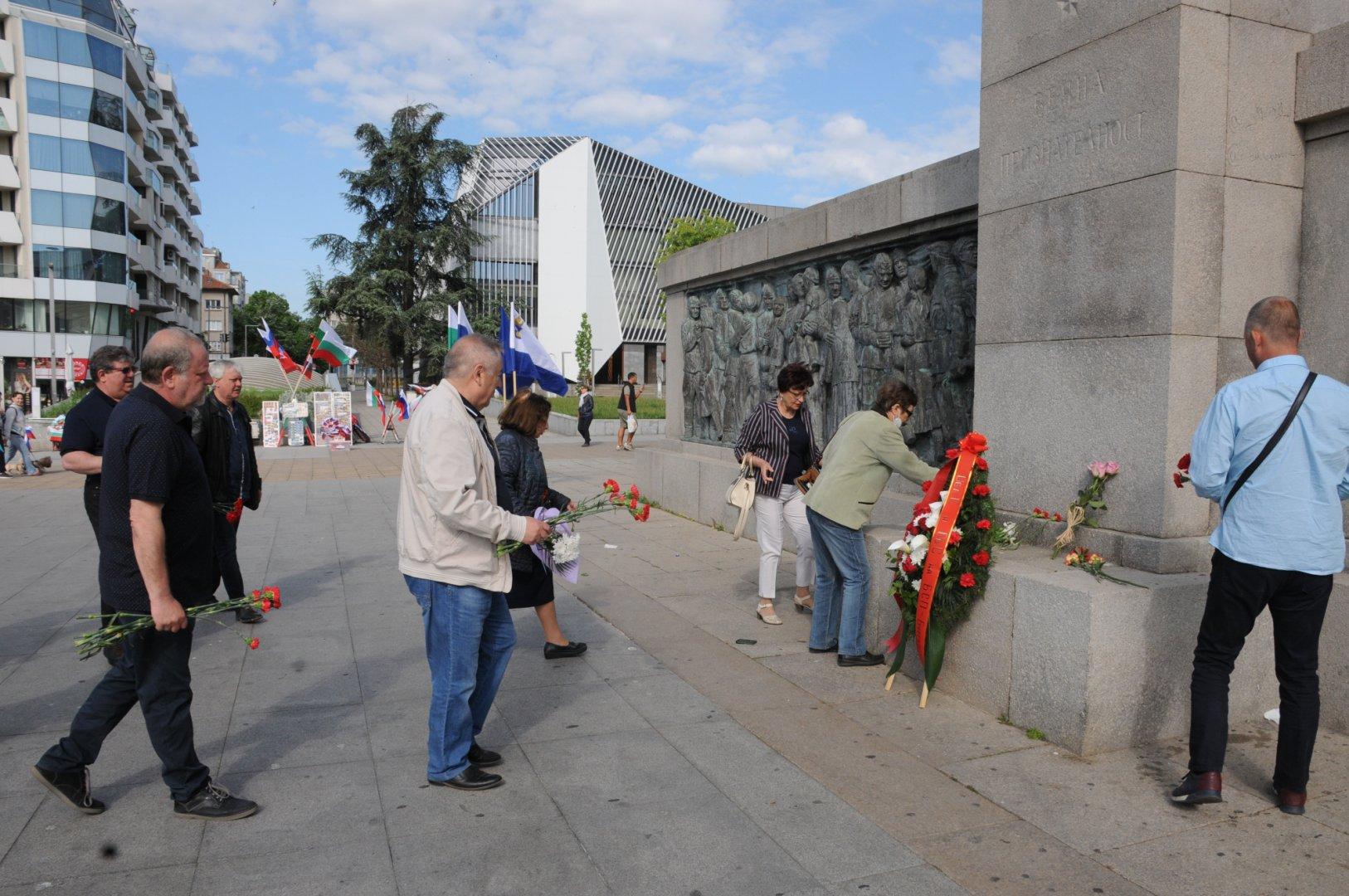 Ръководство и членове на БСП поднесоха цветя пред паметника Альоша. Снимки БСП - Бургас