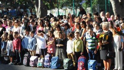 Най-нетърпеливи да влязат в класните стаи бяха първокласниците. Снимки Лина Главинова